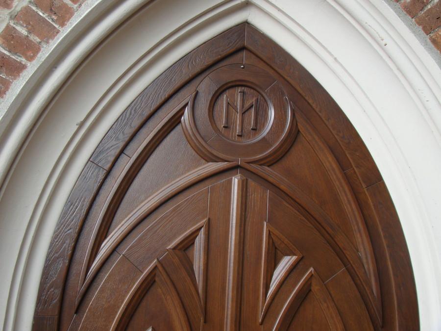 Rzeźbienie drzwi do kościoła
