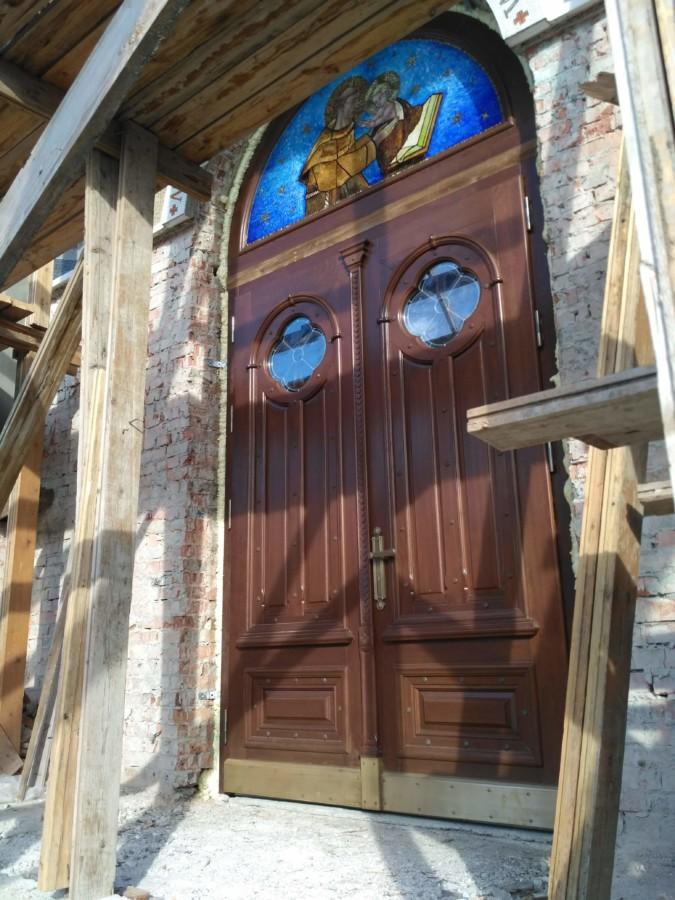 Drzwi wejściowe dębowe z mozaiką oraz witrażami. Ukraina - Gródek Podolski.